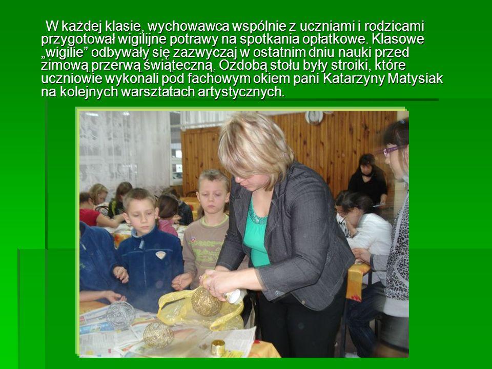 W każdej klasie, wychowawca wspólnie z uczniami i rodzicami przygotował wigilijne potrawy na spotkania opłatkowe.