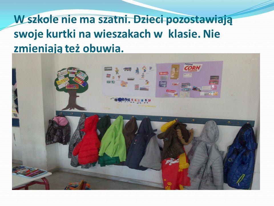 W szkole nie ma szatni. Dzieci pozostawiają swoje kurtki na wieszakach w klasie.