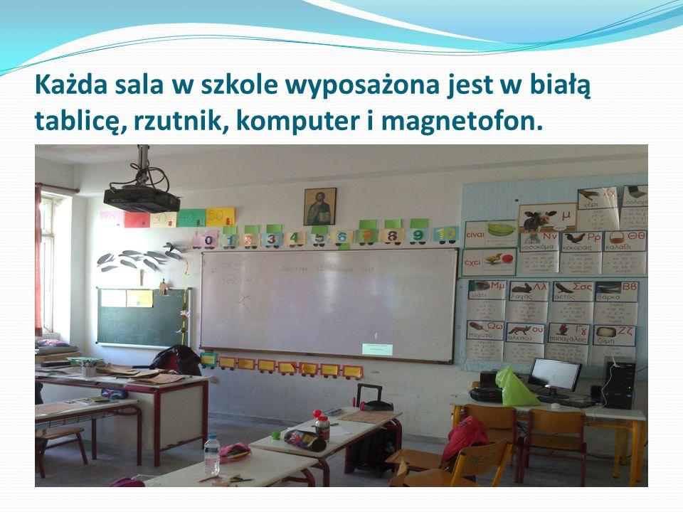 Każda sala w szkole wyposażona jest w białą tablicę, rzutnik, komputer i magnetofon.