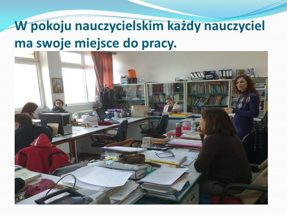 W pokoju nauczycielskim każdy nauczyciel ma swoje miejsce do pracy.