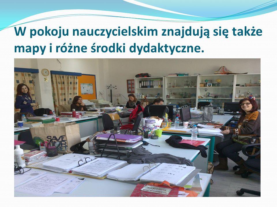 W pokoju nauczycielskim znajdują się także mapy i różne środki dydaktyczne.
