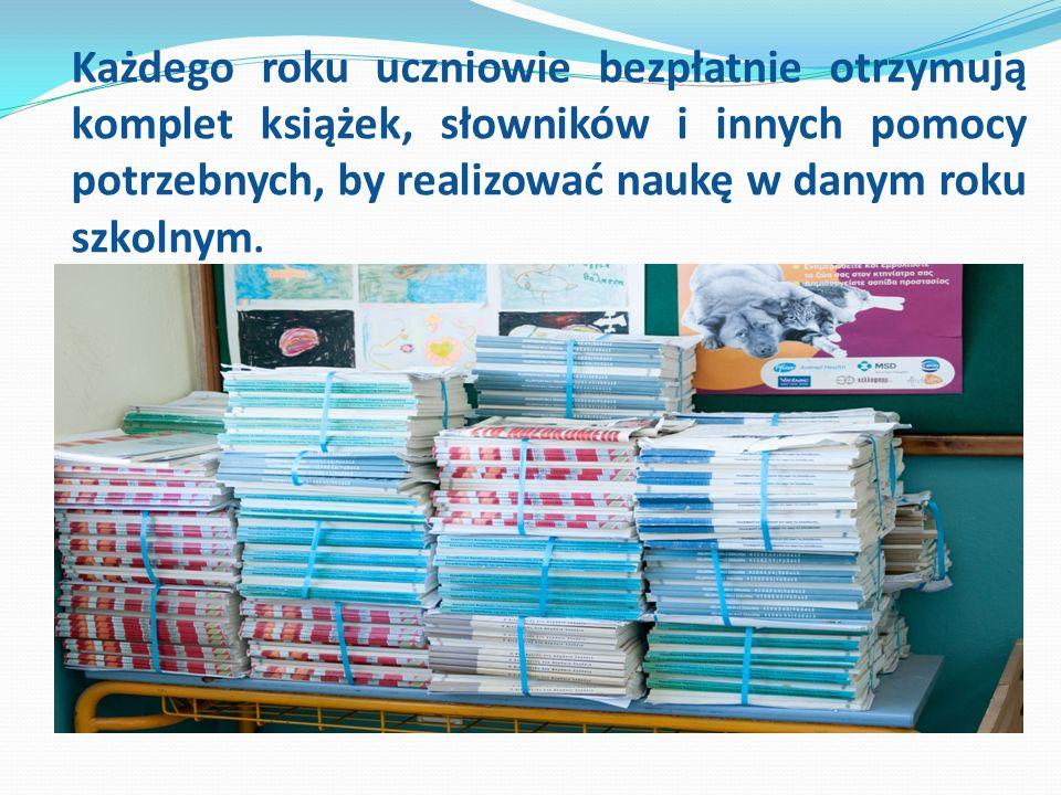 Każdego roku uczniowie bezpłatnie otrzymują komplet książek, słowników i innych pomocy potrzebnych, by realizować naukę w danym roku szkolnym.