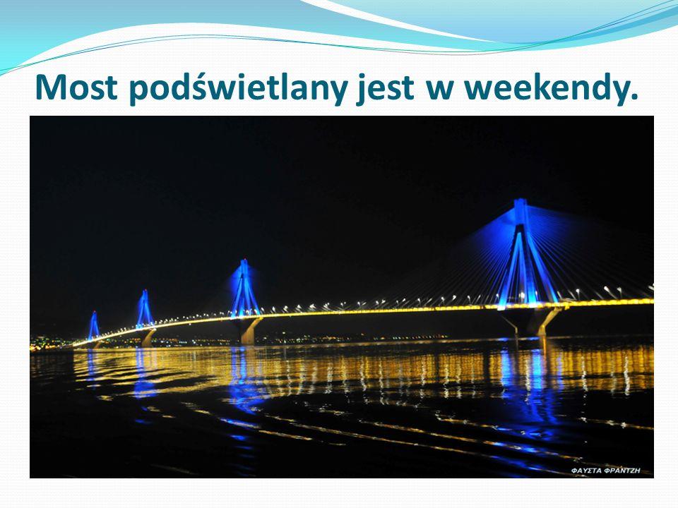 Most podświetlany jest w weekendy.