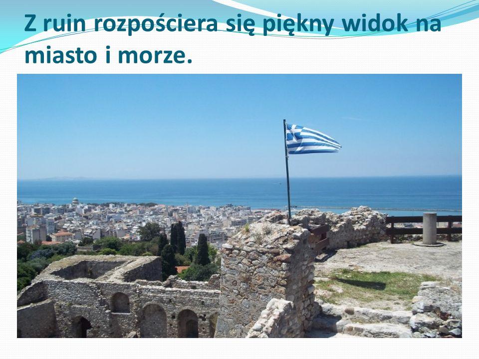 Z ruin rozpościera się piękny widok na miasto i morze.