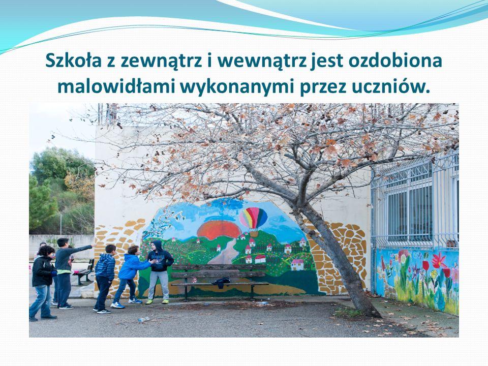 Szkoła z zewnątrz i wewnątrz jest ozdobiona malowidłami wykonanymi przez uczniów.