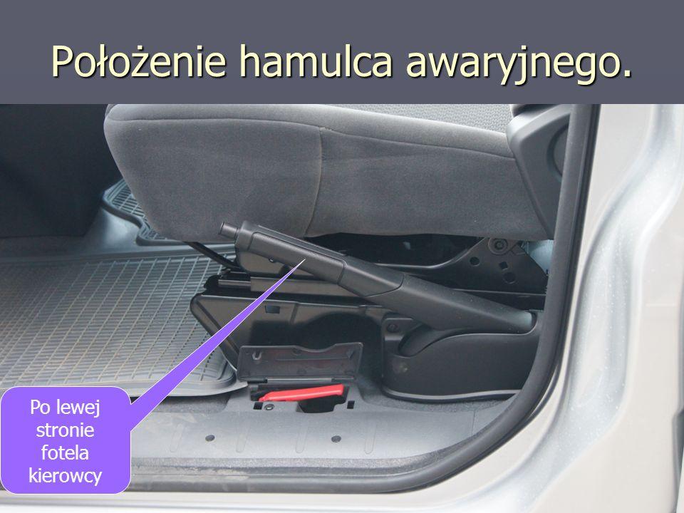 Położenie hamulca awaryjnego. Po lewej stronie fotela kierowcy