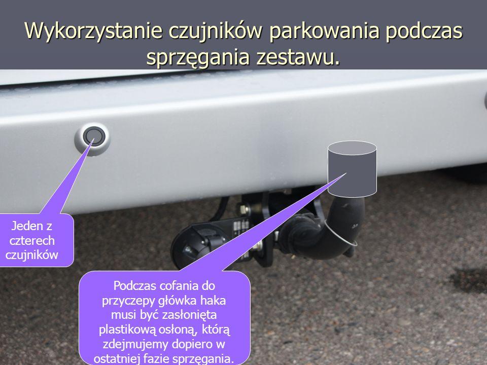 Wykorzystanie czujników parkowania podczas sprzęgania zestawu. Jeden z czterech czujników Podczas cofania do przyczepy główka haka musi być zasłonięta