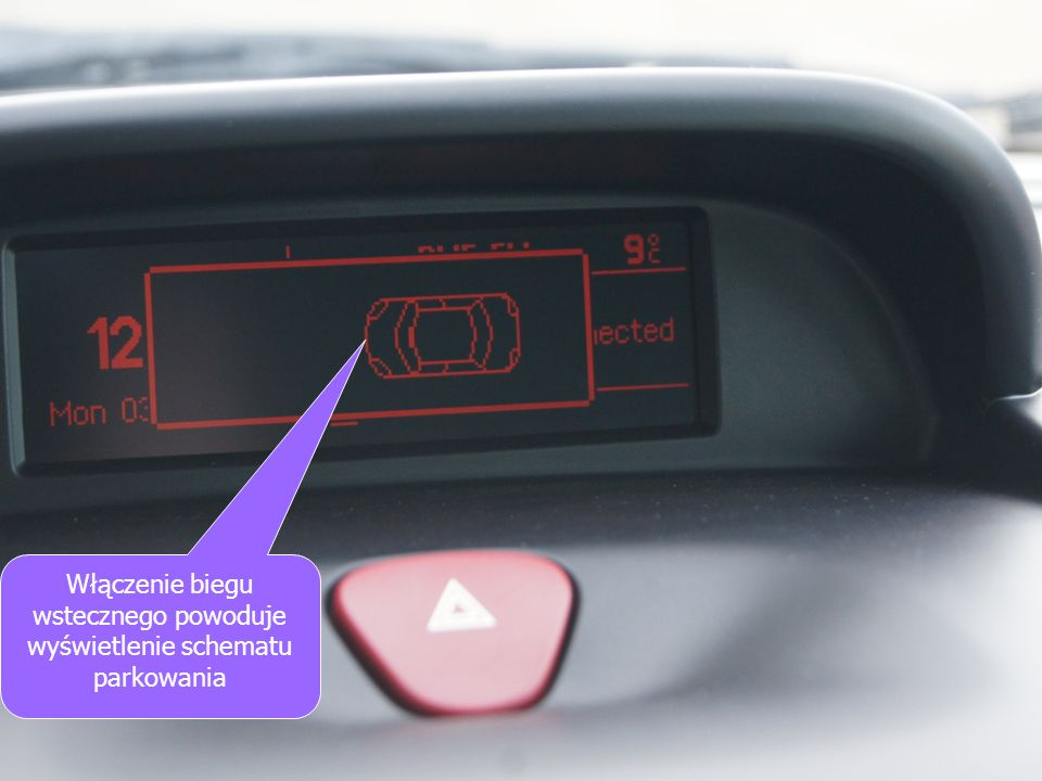 Włączenie biegu wstecznego powoduje wyświetlenie schematu parkowania