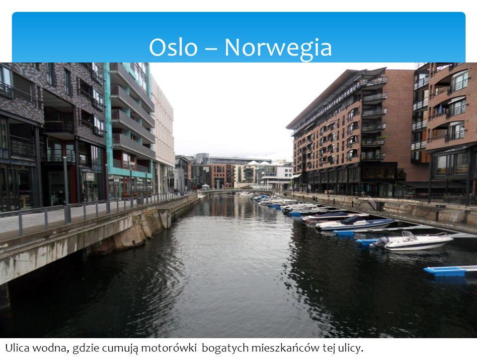 Oslo – Norwegia Ulica wodna, gdzie cumują motorówki bogatych mieszkańców tej ulicy.