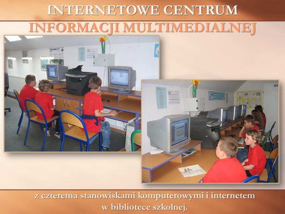 INTERNETOWE CENTRUM INFORMACJI MULTIMEDIALNEJ z czterema stanowiskami komputerowymi i internetem w bibliotece szkolnej.