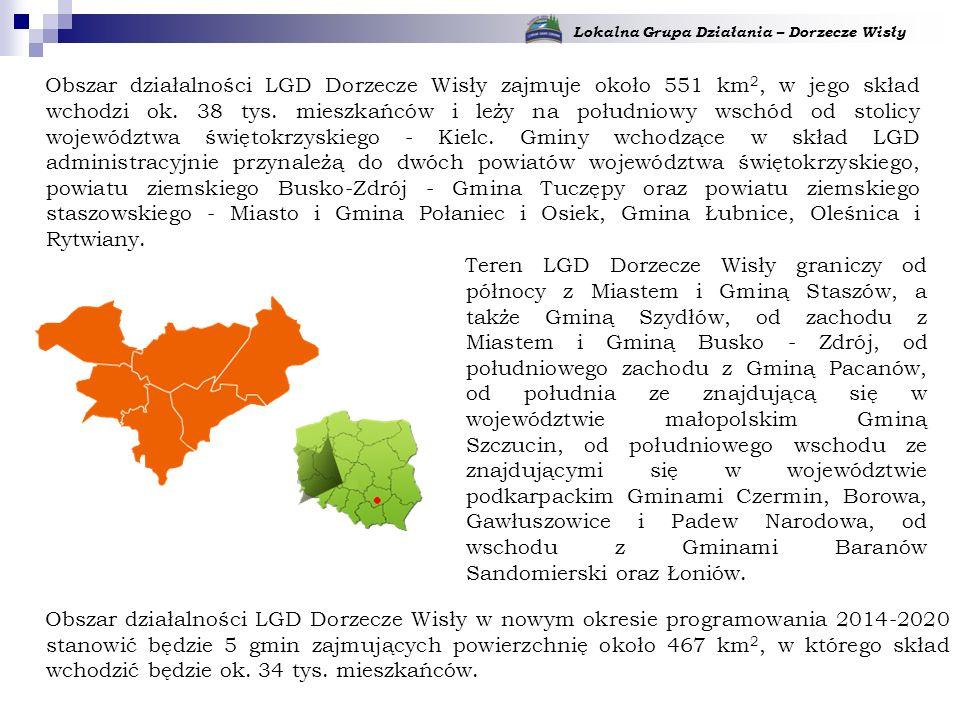 Teren LGD Dorzecze Wisły graniczy od północy z Miastem i Gminą Staszów, a także Gminą Szydłów, od zachodu z Miastem i Gminą Busko - Zdrój, od południowego zachodu z Gminą Pacanów, od południa ze znajdującą się w województwie małopolskim Gminą Szczucin, od południowego wschodu ze znajdującymi się w województwie podkarpackim Gminami Czermin, Borowa, Gawłuszowice i Padew Narodowa, od wschodu z Gminami Baranów Sandomierski oraz Łoniów.