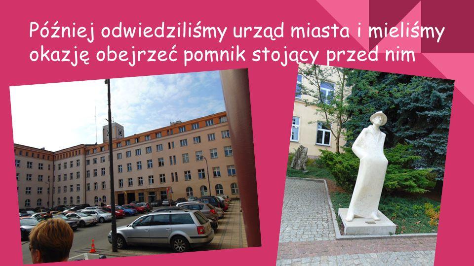 Później odwiedziliśmy urząd miasta i mieliśmy okazję obejrzeć pomnik stojący przed nim