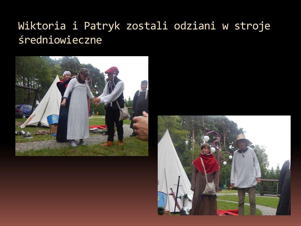 Wiktoria i Patryk zostali odziani w stroje średniowieczne