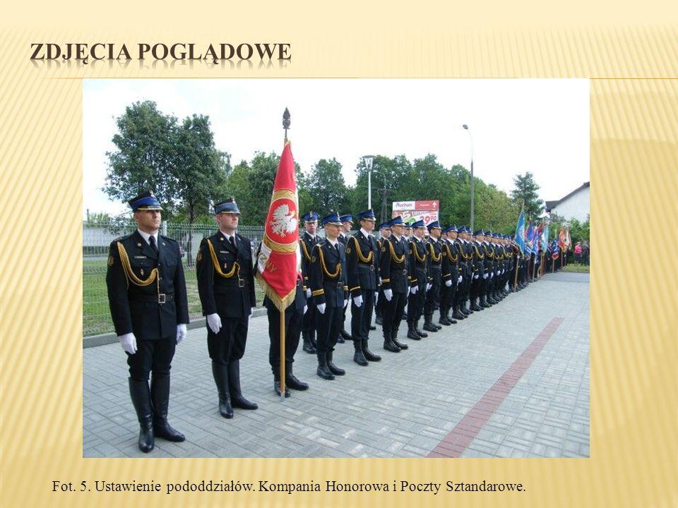 Fot. 5. Ustawienie pododdziałów. Kompania Honorowa i Poczty Sztandarowe.