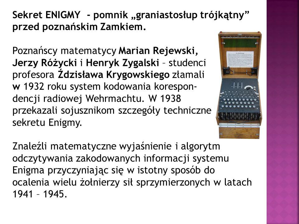 Sekret ENIGMY - pomnik graniastosłup trójkątny przed poznańskim Zamkiem. Poznańscy matematycy Marian Rejewski, Jerzy Różycki i Henryk Zygalski – stude