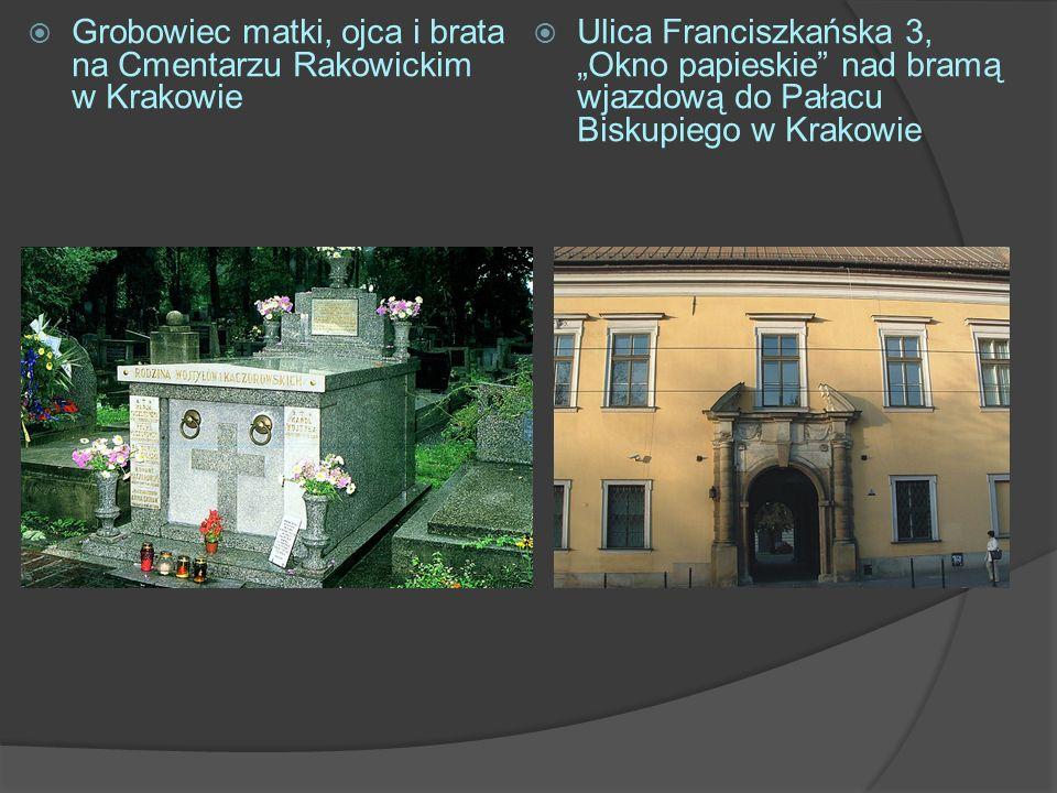 Grobowiec matki, ojca i brata na Cmentarzu Rakowickim w Krakowie Ulica Franciszkańska 3, Okno papieskie nad bramą wjazdową do Pałacu Biskupiego w Krak