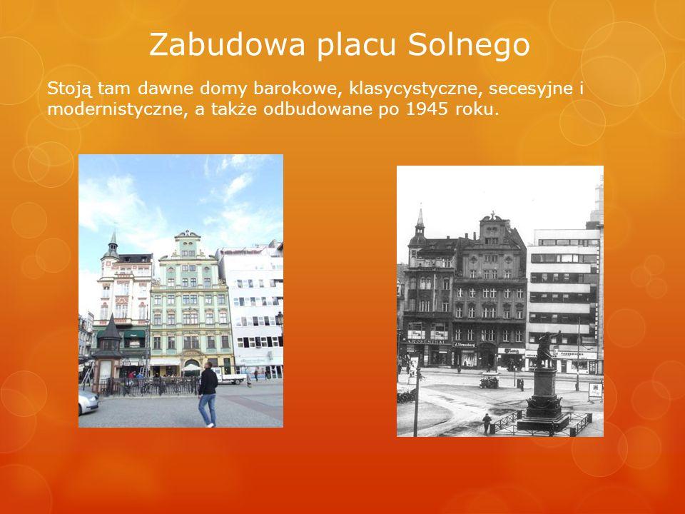 Zabudowa placu Solnego Stoją tam dawne domy barokowe, klasycystyczne, secesyjne i modernistyczne, a także odbudowane po 1945 roku.