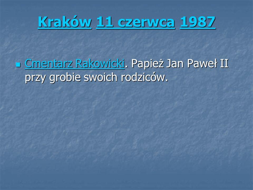 KrakówKraków 11 czerwca 1987 11 czerwca1987 Kraków11 czerwca1987 Cmentarz Rakowicki. Papież Jan Paweł II przy grobie swoich rodziców. Cmentarz Rakowic