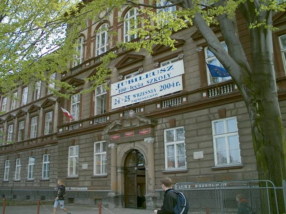 Szkoła w dniu 30.04.2004, w przeddzień wstąpienia Polski do Unii Europejskiej. Na budynku po raz pierwszy flaga narodowa i europejska.
