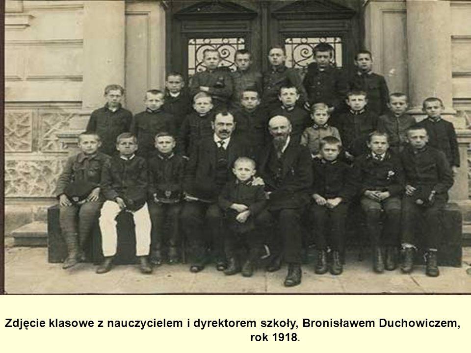 Zdjęcie klasowe z nauczycielem i dyrektorem szkoły, Bronisławem Duchowiczem, rok 1918.