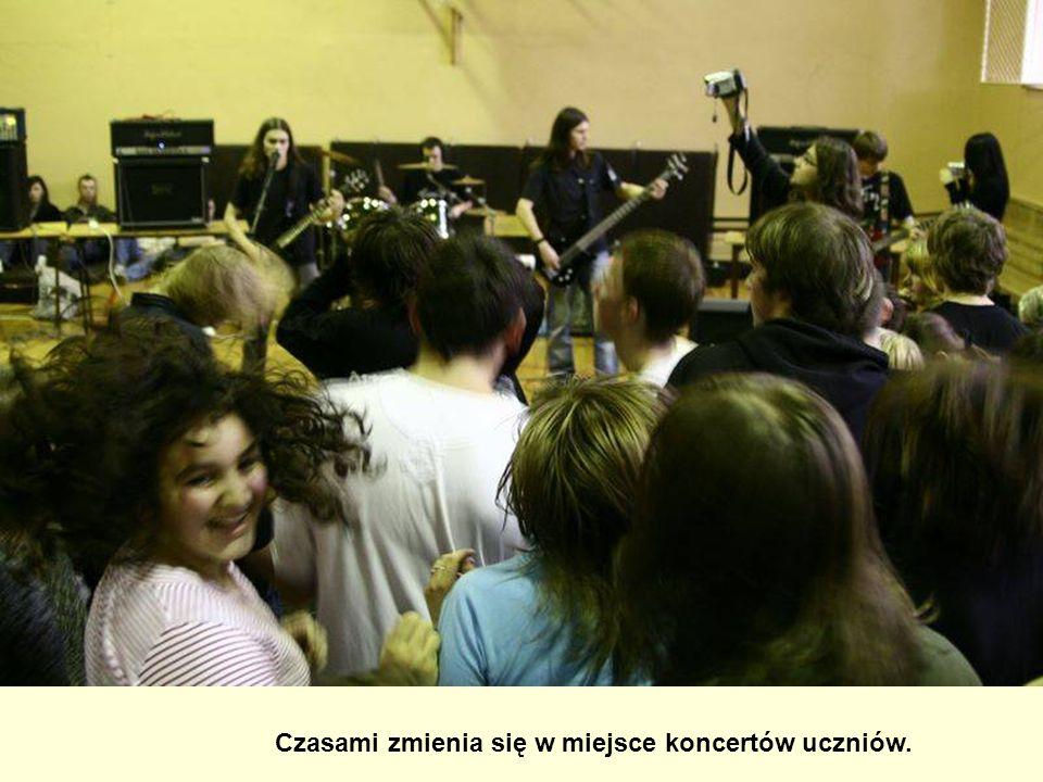 Czasami zmienia się w miejsce koncertów uczniów.