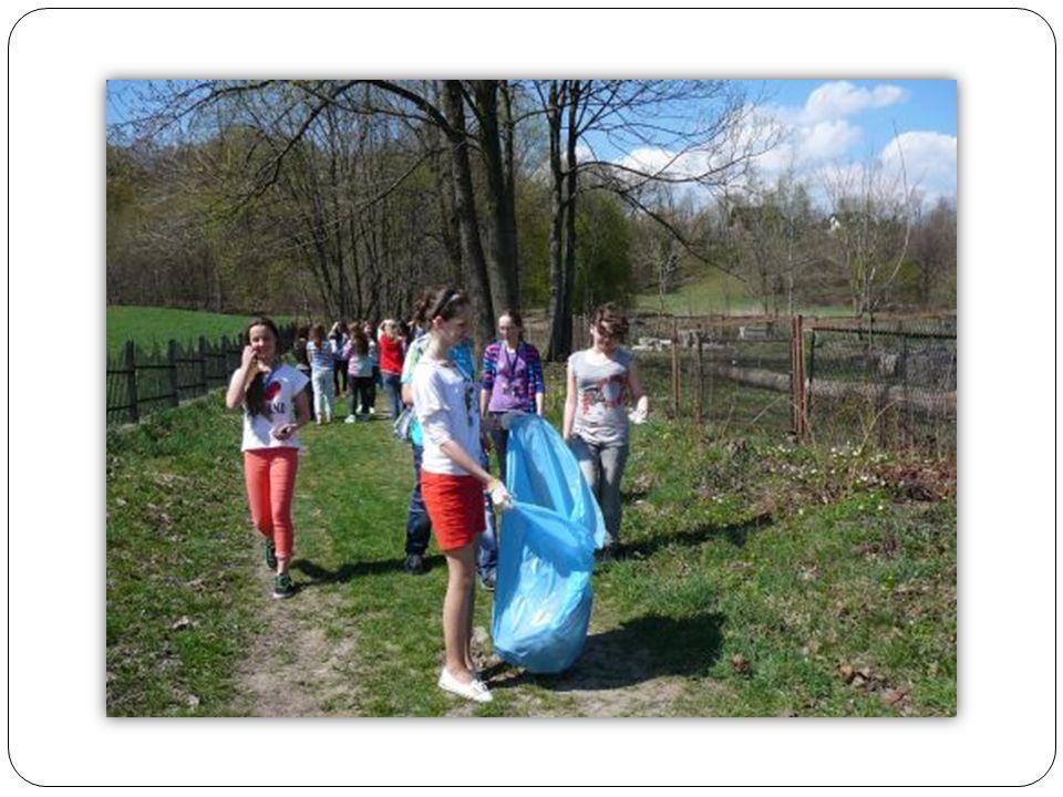 Z okazji Światowego Dnia Ziemi uczniowie gimnazjum i członkowie SK LOP przystąpili do akcji Sprzątania świata.
