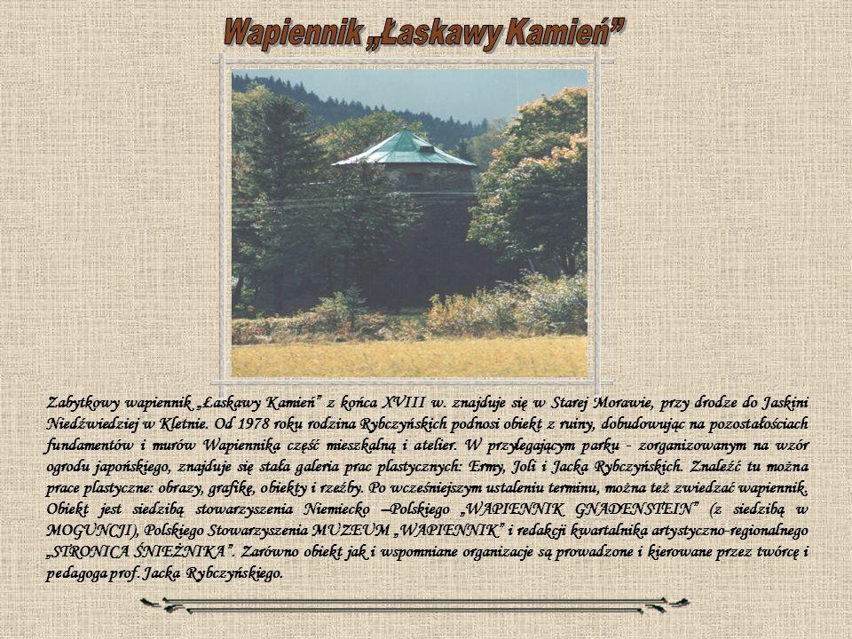 Zabytkowy wapiennik Łaskawy Kamień z końca XVIII w. znajduje się w Starej Morawie, przy drodze do Jaskini Niedźwiedziej w Kletnie. Od 1978 roku rodzin