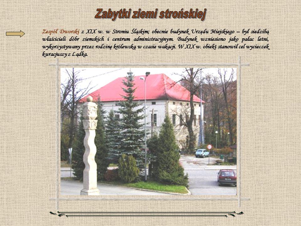 Zespół Dworski z XIX w. w Stroniu Śląskim; obecnie budynek Urzędu Miejskiego – był siedzibą właścicieli dóbr ziemskich i centrum administracyjnym. Bud