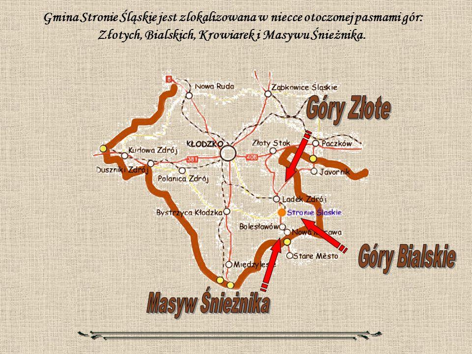 Gmina Stronie Śląskie jest zlokalizowana w niecce otoczonej pasmami gór: Złotych, Bialskich, Krowiarek i Masywu Śnieżnika.