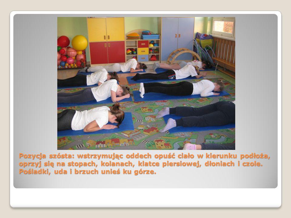 Pozycja szósta: wstrzymując oddech opuść ciało w kierunku podłoża, oprzyj się na stopach, kolanach, klatce piersiowej, dłoniach i czole. Pośladki, uda