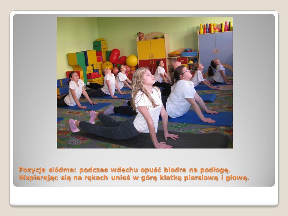 Pozycja siódma: podczas wdechu opuść biodra na podłogę. Wspierając się na rękach unieś w górę klatkę piersiową i głowę.