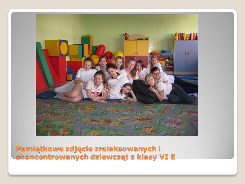 Pamiątkowe zdjęcie zrelaksowanych i skoncentrowanych dziewcząt z klasy VI E