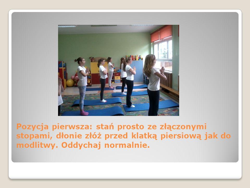 Pozycja pierwsza: stań prosto ze złączonymi stopami, dłonie złóż przed klatką piersiową jak do modlitwy. Oddychaj normalnie.
