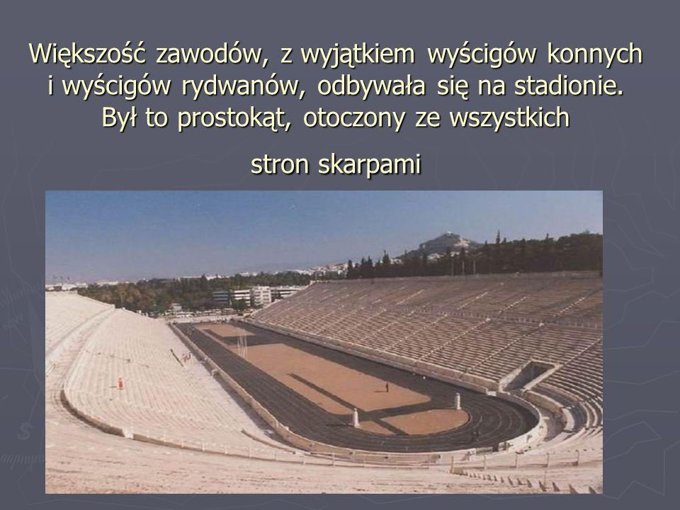 Większość zawodów, z wyjątkiem wyścigów konnych i wyścigów rydwanów, odbywała się na stadionie. Był to prostokąt, otoczony ze wszystkich stron skarpam