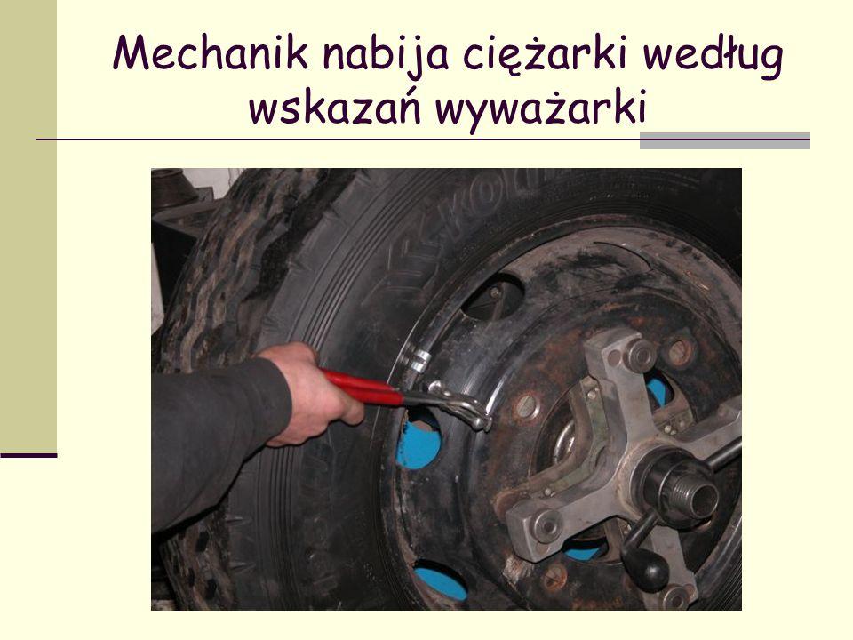 Mechanik nabija ciężarki według wskazań wyważarki