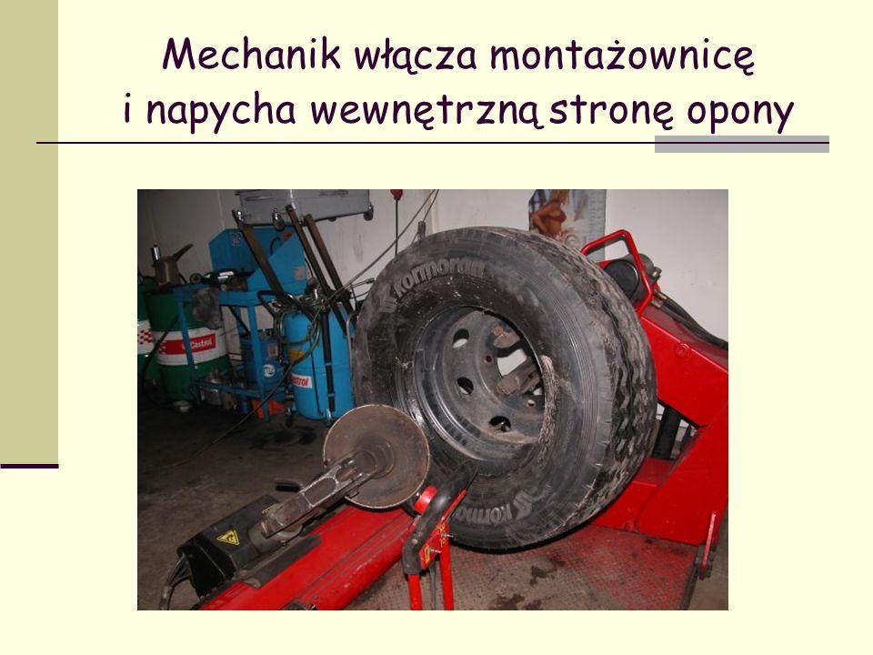 Mechanik włącza montażownicę i napycha wewnętrzną stronę opony