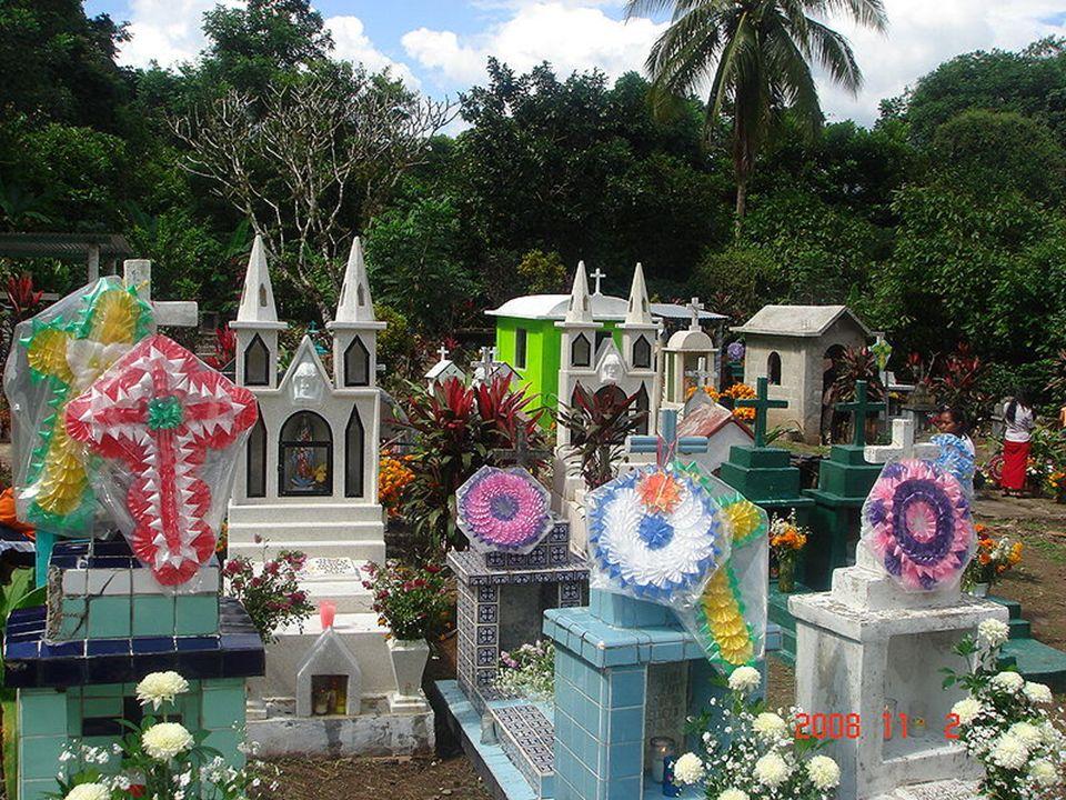 W tradycji meksykańskiej Dzień Zmarłych jest radosną okazją, bowiem zmarli nadal egzystują, a ich dusze, wywołane i naprowadzone pąkami aksamitek, wsp