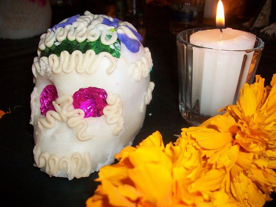 Czaszka z cukru, przyprawiona czekoladą i szarłatem wyniosłym Ludzkie czaszki zrobione z cukru (calaveras de dulce), często doprawione tequillą, czeko