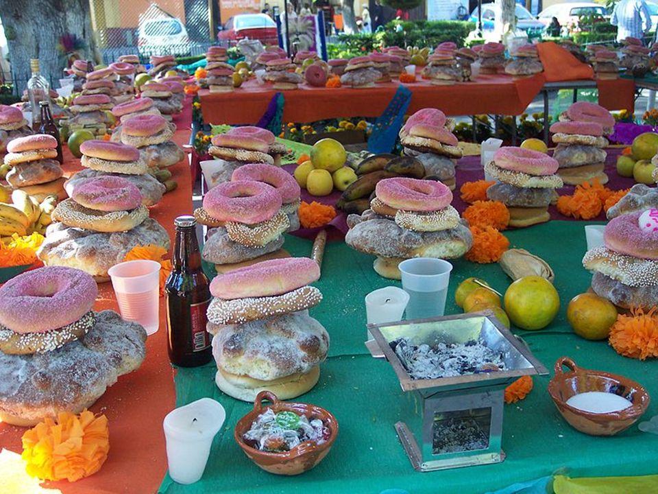 Chleb zmarłych (pan de muerto) jest specjalnym wypiekiem ze słodkiego ciasta z jajkiem, o różnym kształcie. Są tu zaokrąglone bułki, pieczywo podobne