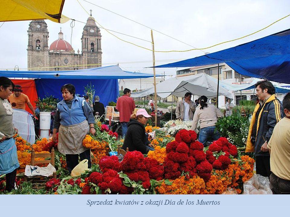 Przygotowania do Día de los Muertos przed katedrą w stolicy Meksyku.