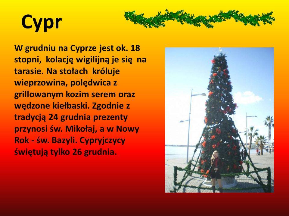 W grudniu na Cyprze jest ok. 18 stopni, kolację wigilijną je się na tarasie. Na stołach króluje wieprzowina, polędwica z grillowanym kozim serem oraz
