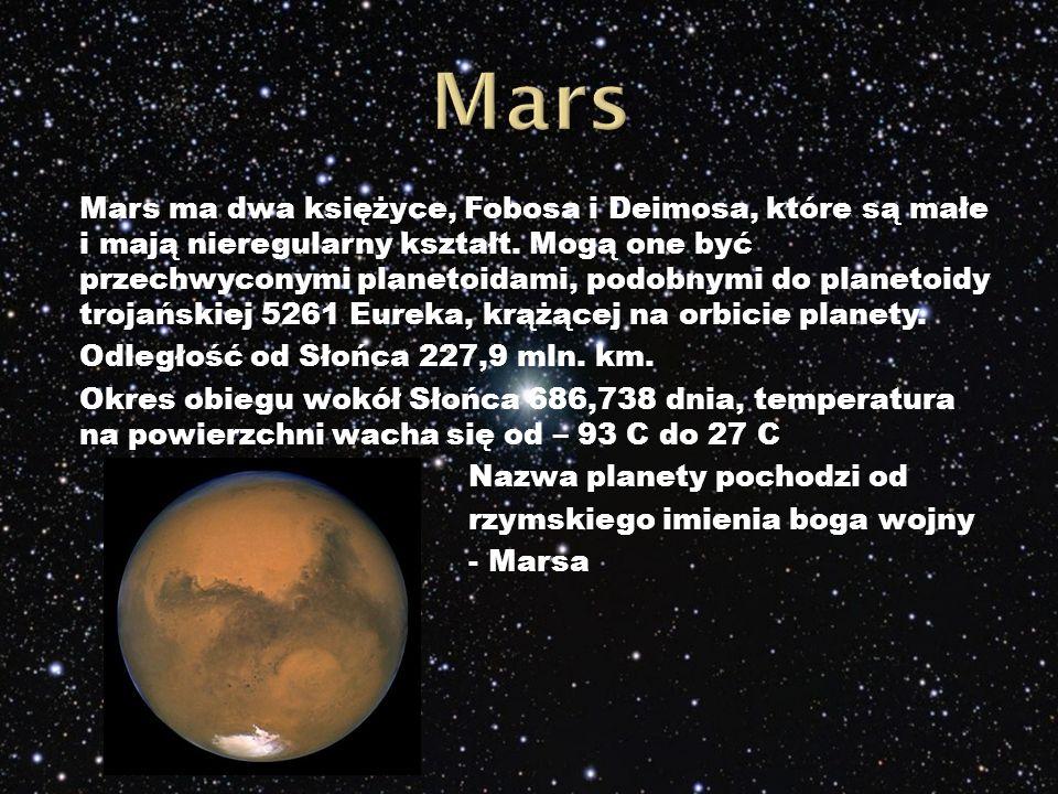 Mars ma dwa księżyce, Fobosa i Deimosa, które są małe i mają nieregularny kształt.