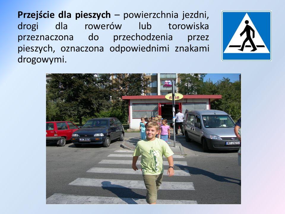 Pieszy, przechodząc przez jezdnię lub torowisko, jest obowiązany zachować szczególną ostrożność oraz korzystać z przejścia dla pieszych.