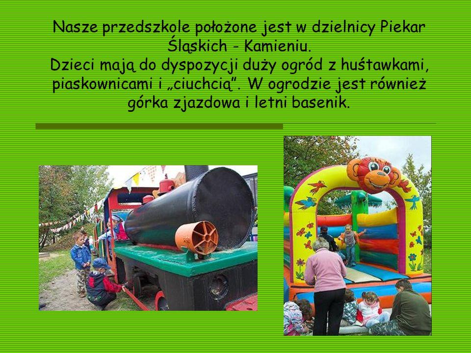 Nasze przedszkole położone jest w dzielnicy Piekar Śląskich - Kamieniu. Dzieci mają do dyspozycji duży ogród z huśtawkami, piaskownicami i ciuchcią. W