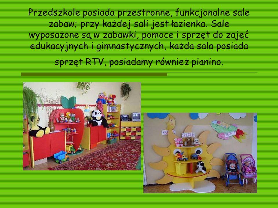 Przedszkole posiada przestronne, funkcjonalne sale zabaw; przy każdej sali jest łazienka. Sale wyposażone są w zabawki, pomoce i sprzęt do zajęć eduka