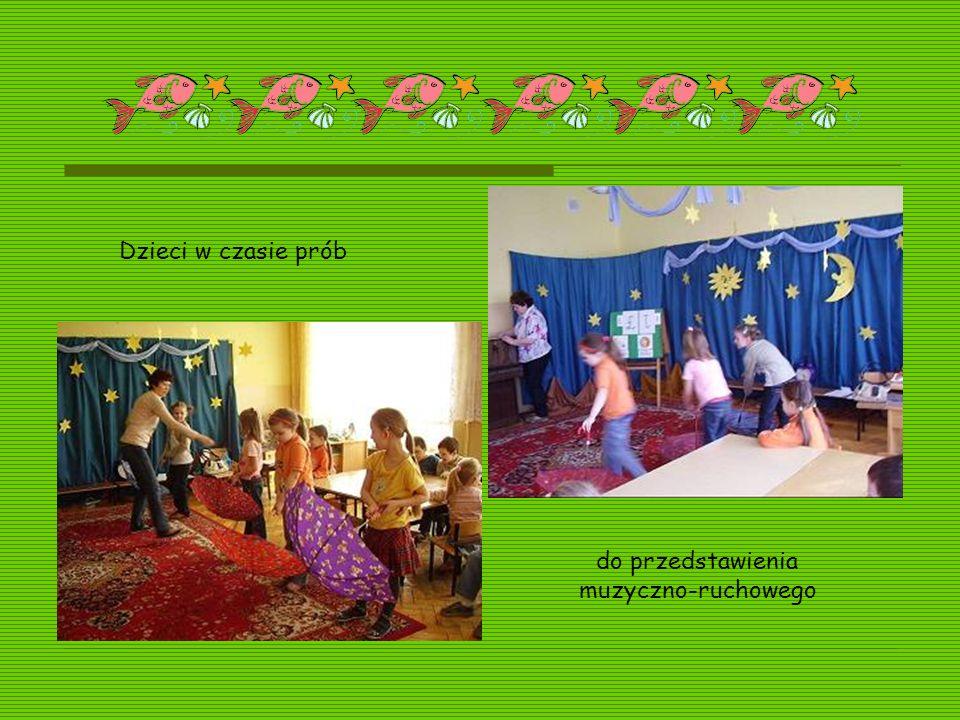 Dzieci w czasie prób do przedstawienia muzyczno-ruchowego