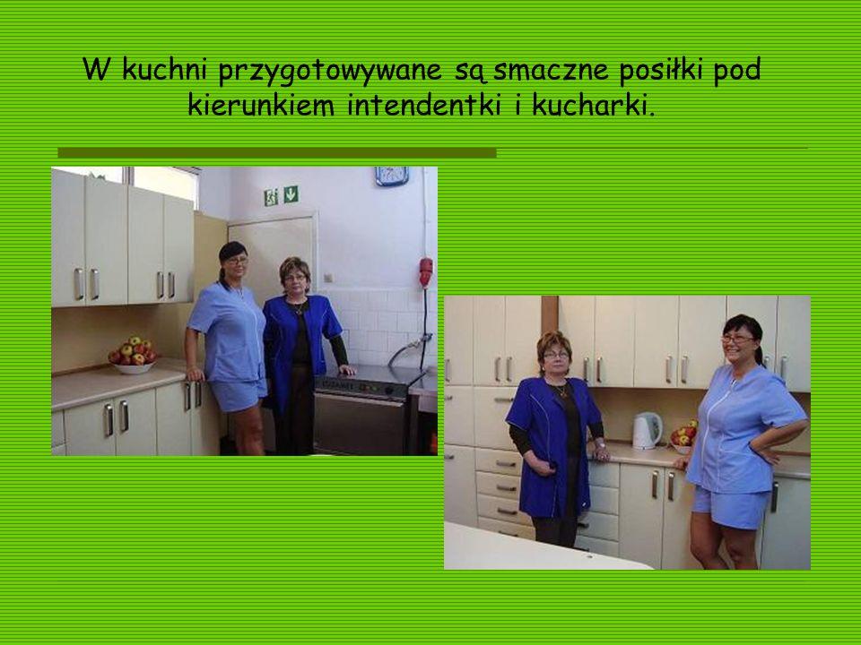 W kuchni przygotowywane są smaczne posiłki pod kierunkiem intendentki i kucharki.