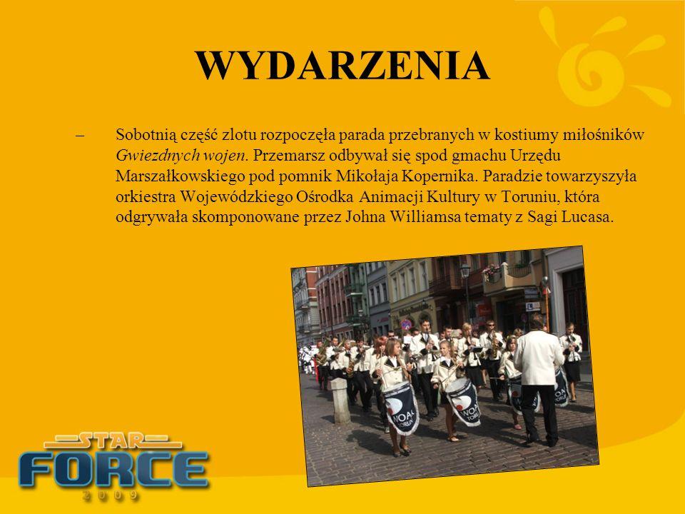 WYDARZENIA –Sobotnią część zlotu rozpoczęła parada przebranych w kostiumy miłośników Gwiezdnych wojen. Przemarsz odbywał się spod gmachu Urzędu Marsza