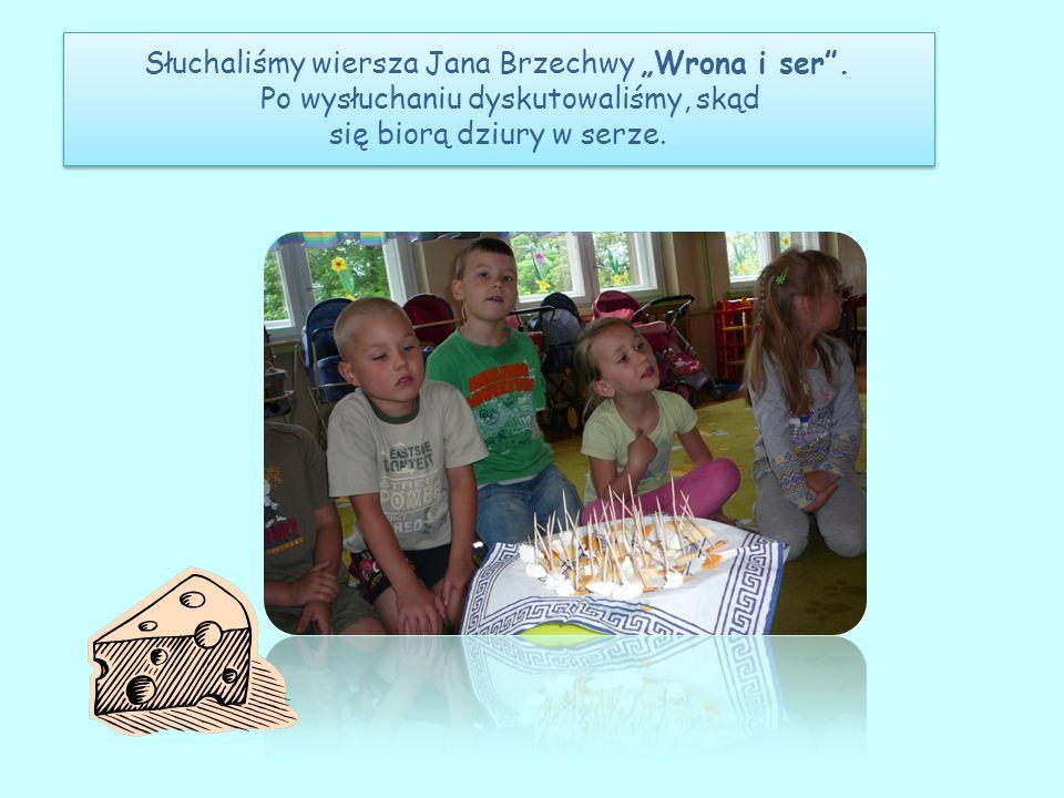 Słuchaliśmy wiersza Jana Brzechwy Wrona i ser. Po wysłuchaniu dyskutowaliśmy, skąd się biorą dziury w serze.