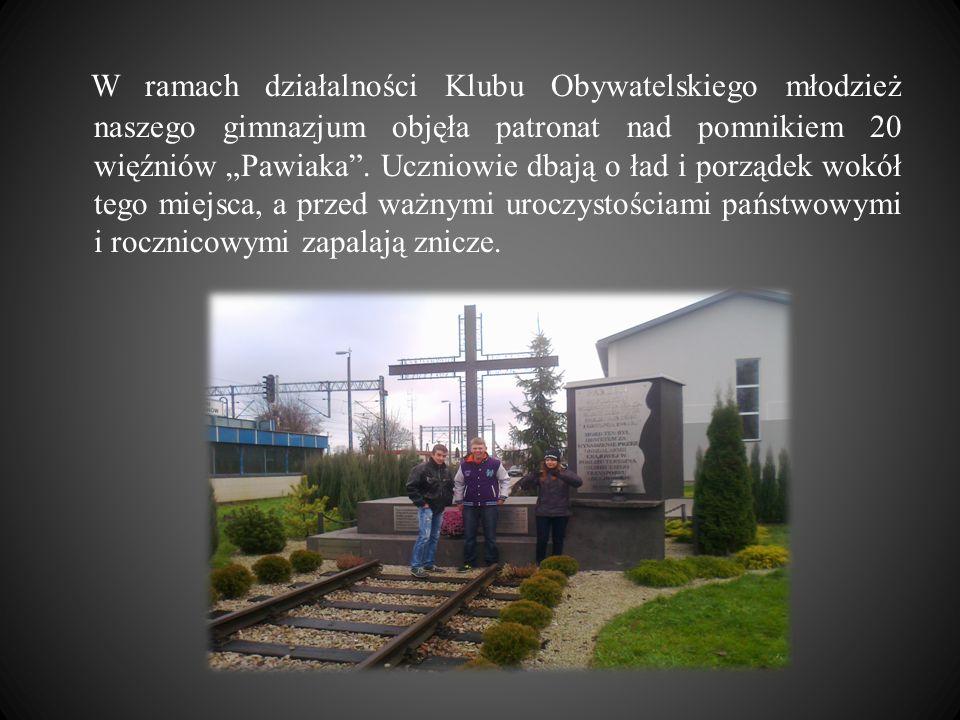 W ramach działalności Klubu Obywatelskiego młodzież naszego gimnazjum objęła patronat nad pomnikiem 20 więźniów Pawiaka. Uczniowie dbają o ład i porzą